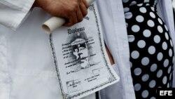 """Decenas de médicos cubanos protestan el sábado, 22 de agosto de 2015, en Bogotá para denunciar """"el limbo legal"""" en que se encuentran casi mil de ellos que permanecen a la espera de un visado para Estados Unidos y han agotado su tiempo de estancia regular"""