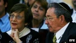 Raúl Castro y la presidenta de la Comunidad Hebrea de Cuba, Adela Dworin en una celebración del Hanukkah o Fiesta de las Luminarias en el capitalino Patronato de la Casa de la Comunidad Hebrea de Cuba, en La Habana.