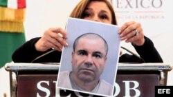 """La titular de la Procuraduría General de la República, Arely Gómez, muestra una foto de Joaquín """"El Chapo"""" Guzmán."""