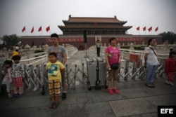 Turistas se hacen fotos frente a las puertas de la Ciudad Prohibida, situada frente a la plaza de Tiananmen, en Pekín (China), hoy, martes 4 de junio de 2013, fecha en la que se conmemora el 24 aniversario de la matanza de Tiananmen
