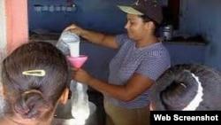 Venta de leche racionada en Cuba.