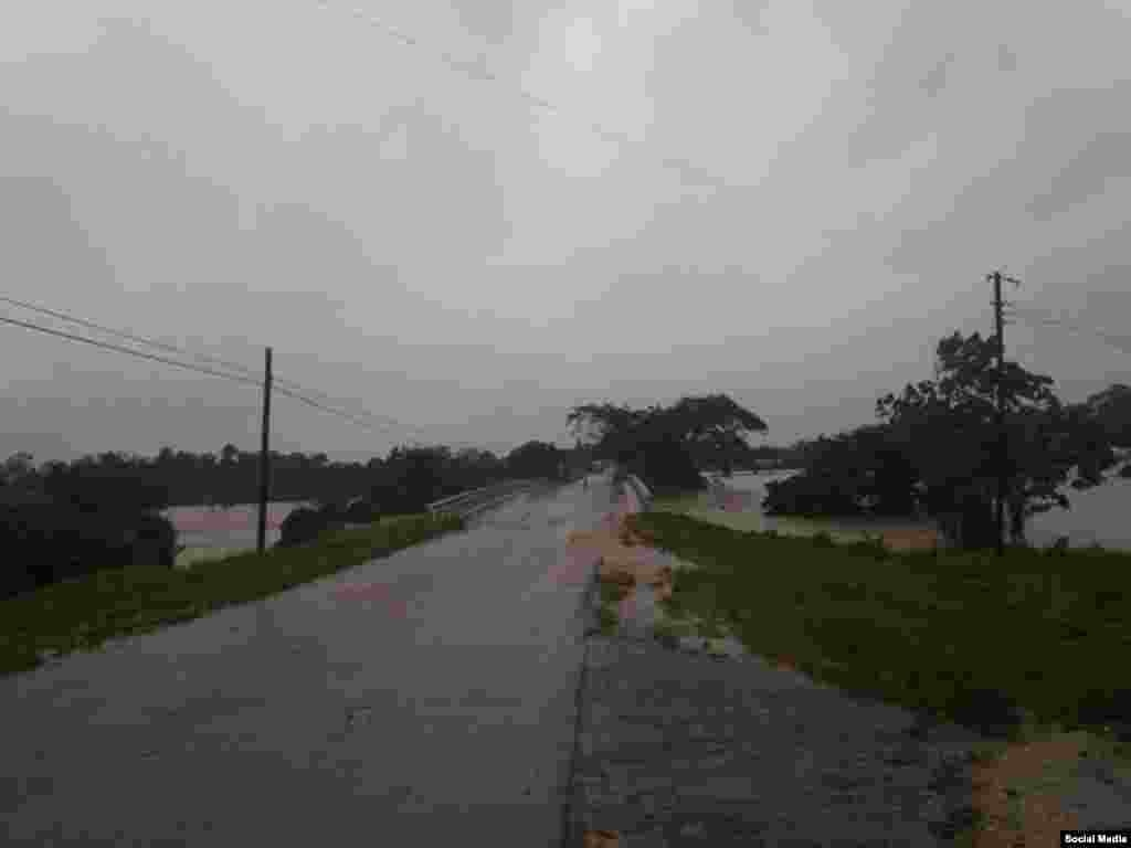 Crecida del río San Sebastián en San Juan y Martínez, provocada por las lluvias del huracán Michael (Fátima Rivero).