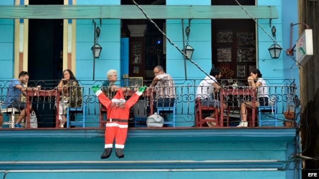 Un restaurante adornado con una imagen de Santa Claus en La Habana. EFE