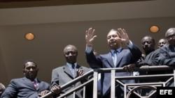 """El ex dictador haitiano, Jean Claude Duvalier (c), también conocido como """"Baby Doc"""", saluda a sus partidarios desde las escaleras del hotel Karibe, en Puerto Príncipe, Haití, Foto de archivo"""