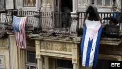 Una bandera de EEUU junto a una cubana en un balcón de La Habana Vieja.