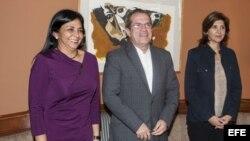 El canciller de Ecuador, Ricardo Patiño (c), junto a las cancilleres de Venezuela, Delcy Rodríguez (i), y de Colombia, María Ángela Holguín.