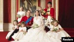 El Principe William y su esposa la Duqueda de Cambridge, en el salón del trono en el Palacio de Buckingham, Londres.