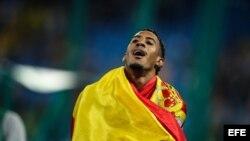 El atleta español Orlando Ortega celebra la segunda posición en la prueba de 110 m vallas hoy, martes 16 de agosto de 2016, durante las competencias de atletismo de las Olimpiadas Río 2016, que se disputan en el Estadio Olímpico en Río de Janeiro (Brasil)