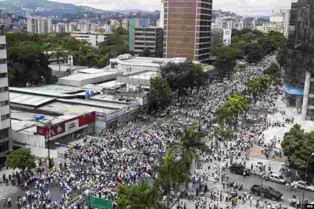 """Vista panorámica de un grupo de personas que participan hoy, jueves 1 de septiembre de 2016, en una manifestación denominada """"Toma de Caracas""""."""