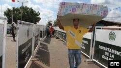 Foto Archivo. Un hombre cruza la frontera colombo-venezolana.
