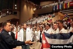 El expresidente venezolano Hugo Chávez importó miles de médicos cubanos para apoyar uno de sus programas populistas: Barrio Adentro.
