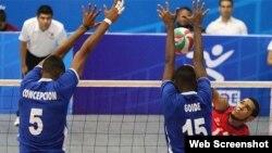 Voleibolistas cubanos en acción...