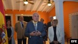 La cónsul de España en Miami, Cristina Barrios (d), escucha al alcalde de Miami, Tomás Regalado (c), tras condecorarle con la Encomienda de la Real Orden de Isabel la Católica