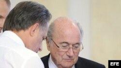 Foto de archivo. El ministro de Deportes de Rusia, Vitaly Mutko (i) y el presidente de la FIFA, Joseph Blatter (d).
