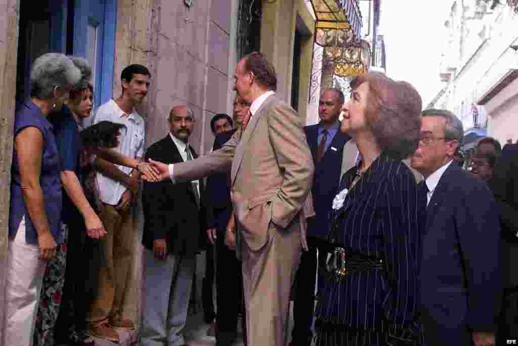 Los reyes de España saludaron a los cubanos durante un paseo por La Habana Vieja.