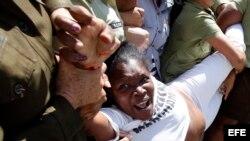 Miembros de las Damas de Blanco son arrestadas por la Policía tras una marcha en La Habana.