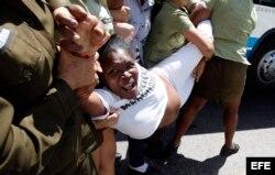 Miembros de las Damas de Blanco son arrestadas por la Policía en La Habana.