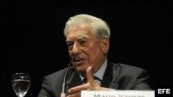 """El escritor peruano Mario Vargas Llosa habla durante la disertación """"Cultura y Democracia en el mundo actual"""" en Rosario (Argentina)."""