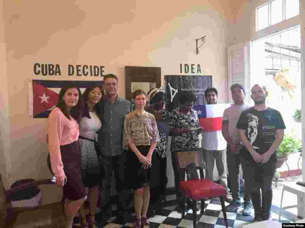 Activistas acompañan a Rosa María Payá (izq.) en la ceremonia de entrega del Premio Oswaldo Payá. (Foto: Ileana Hernández)