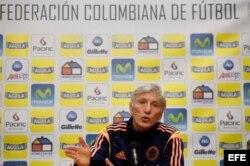 El entrenador de la selección de fútbol de Colombia, José Pékerman, ofrece una rueda de prensa en Ámsterdam (Holanda), hoy, lunes 18 de noviembre de 2013.
