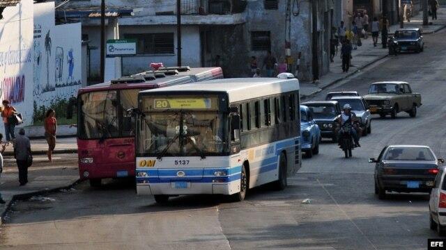 Fotografía de archivo. Vista de autobuses y automóviles en una calle de La Habana (Cuba).