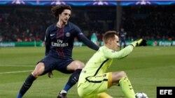 El portero del Barcelona Marc-Andre Ter Stegen (d) disputa el balón con adrien Rabiot (i), del París Saint Germain.