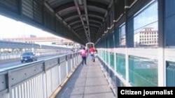 Un paso peatonal en el Puente Internacional Las Americas en Nuevo Laredo.
