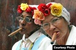 Fumar habanos es un atractivo para el turismo en la isla.