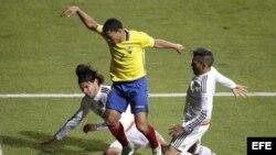 El centrocampista ecuatoriano Jefferson Montero (c) lucha un balón con los mexicanos defensa mexicano Gerardo Flores (i).