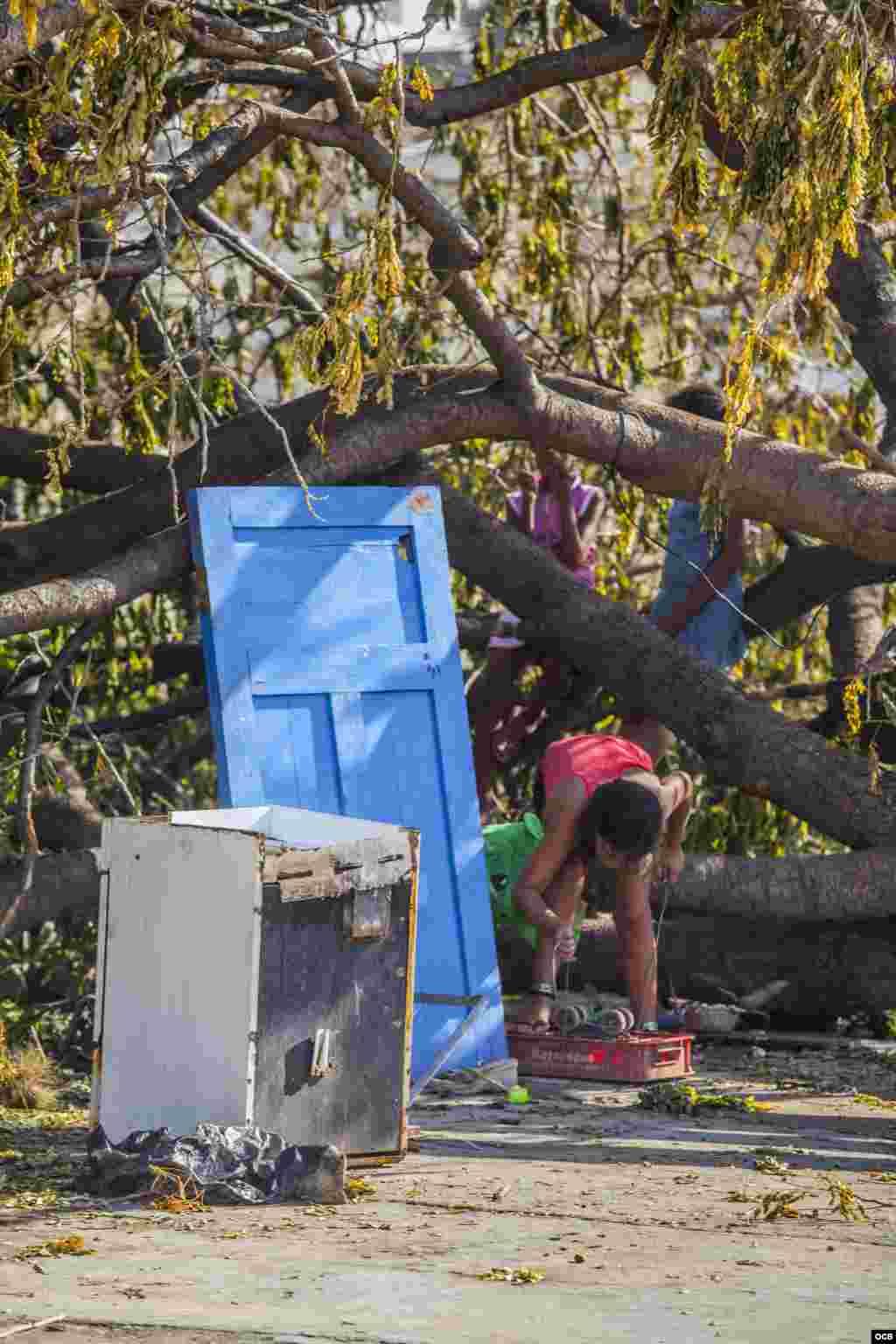 Afectados por el azote del huracán Irma en Cuba lamentaron este miércoles la falta de gestión del gobierno para hacerles llegar alimentos y agua potable, y criticaron que en medio de la tragedia los daminificados tengan que pagar por la comida en lugar de recibirla de forma gratuita. Fotos: Angélica Producciones
