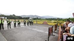 Algunas personas intentan cruzar hacia Venezuela desde Colombia el 13 de diciembre de 2016, en el Puente Simón Bolívar de la fronteriza ciudad de Cúcuta (Colombia).