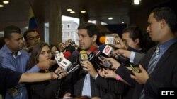 El alcalde del municipio caraqueño de Sucre y el jefe nacional de la campaña opositora, Carlos Ocaríz, habla con la prensa a su llegada al Consejo Nacional Electoral (CNE) hoy, miércoles 17 de Abril del 2013, en Caracas, donde presentó en nombre del candi