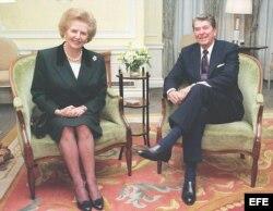 Foto del 8 de junio de 1982, en el encuentro del presidente Ronald Reagan (d) y la primera ministra del Reino Unido (i), Margaret Thatcher en Windsor Home Park.