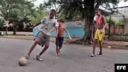 Niños juegan al fútbol en La Habana
