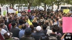 Un grupo de manifestantes sostiene carteles durante una protesta hoy, martes 31 de enero de 2017, frente a las oficinas del condado de Miami-Dade, Florida (EE.UU.). Medio millar de manifestantes instó hoy al alcalde del condado de Miami-Dade, Carlos Gimén