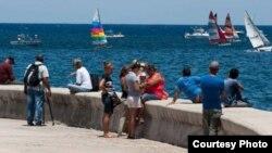 Habaneros observan desde el Malecón las embarcaciones de la regata Havana Challenge, realizada en mayo del 2015 entre Cayo Hueso y La Habana