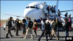 Cubanos procedentes de Costa Rica arriban a México gracias a puente aéreo. (Foto: SEGOV)