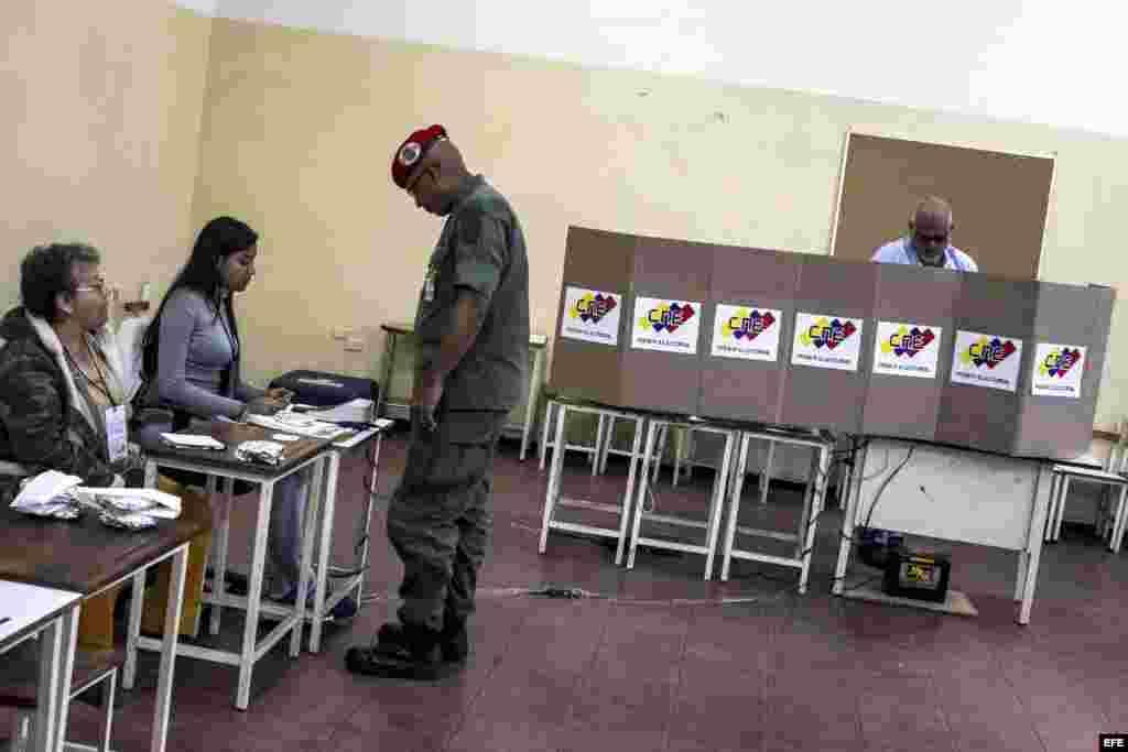 Elecciones municipales en Venezuela.Un militar ejerce su derecho al voto durante la jornada electoral municipal en Caracas (Venezuela), hoy domingo 8 de diciembre del 2013. Los colegios electorales abrieron hoy en Venezuela para dar comienzo a una jornada en la que 19 millones de venezolanos y residentes con más de diez años en el país están llamados a las urnas para elegir alcaldes y concejales