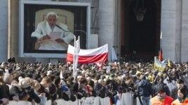 Vista del papa Benedicto XVI en una pantalla durante la última audiencia pública de su pontificado, en la Ciudad del Vaticano.