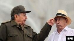 Raúl Castro (i), bromea con el vicepresidente, José Ramón Machado (d), durante el desfile del 1 de Mayo en La Habana.