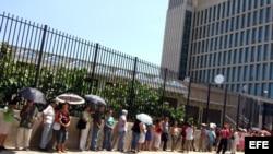 Un grupo de personas espera para entrar en la entrada de la Sección de Intereses de EEUU en La Habana.