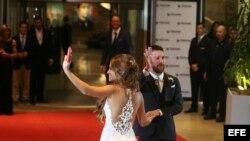 El jugador argentino Lionel Messi (d) y su esposa, Antonella Rocuzzo, saludan tras casarse hoy, viernes 30 de junio de 2017, en Rosario (Argentina).