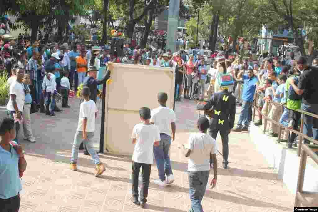 El artista plástico Jimmy Verdecia, acción pública (III).