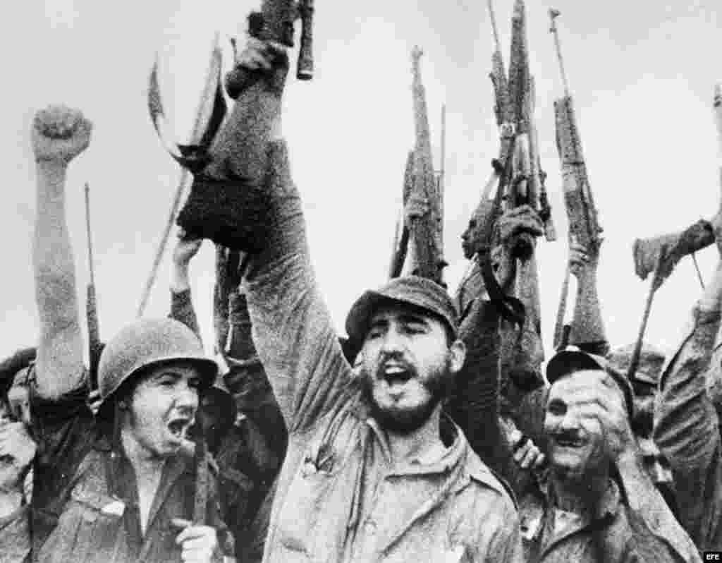 Fidel Castro y un grupo de rebeldes celebran el triunfo de la Revolución en 1959.