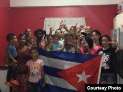 Grupo de cubanos en protesta por las demoras de la ACNUR en responder sus solicitudes de asilo