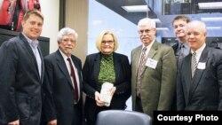 La senador Claire McCaskill con productores de arroz de su estado.