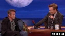 Sean Penn es entrevistado sobre Cuba por la estrella de TBS Conan O'Brien.