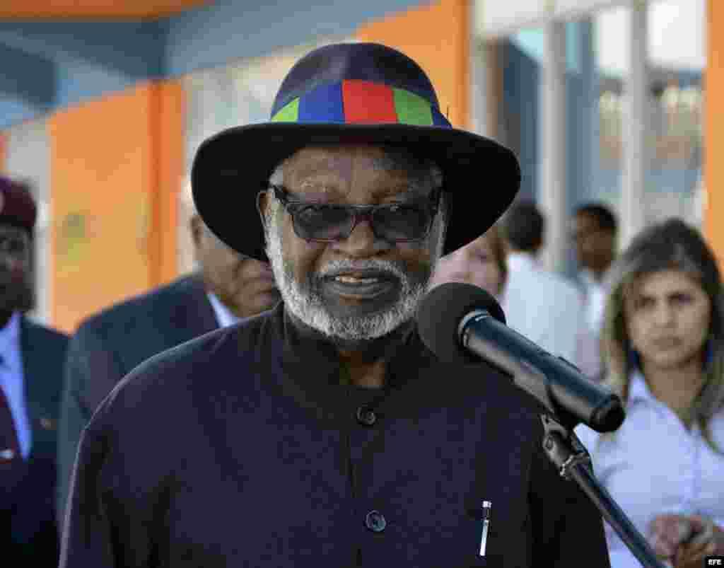 El expresidente de Namibia San Nujoma habla hoy, martes 29 de noviembre de 2016, tras su llegada a La Habana (Cuba)