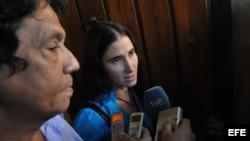 Yoani Sánchez y su esposo solicitan pasaporte