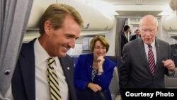Los senadores Jeff Flake, Amy Klobuchar y Patrick Leahy.